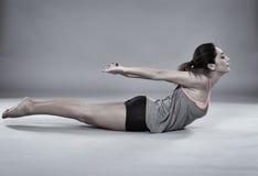 Junge Frau, die aerobes Training tut Lizenzfreie Stockbilder