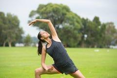 Junge Frau, die Aerobic im Park ausübt Lizenzfreies Stockbild