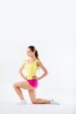 Junge Frau, die Aerobic und Ausdehnen, lokalisiert auf weißem BAC tut Lizenzfreies Stockfoto