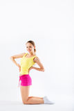 Junge Frau, die Aerobic und Ausdehnen, lokalisiert auf weißem BAC tut Stockfotografie