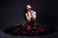 Junge Frau, die Akt im Zigeunerkostüm aufwirft Stockfotos