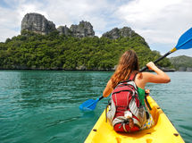 Junge Frau, die in Ang Thong National Marine Park, Thailand Kayak fährt Lizenzfreie Stockfotos