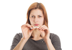 Junge Frau, die angewidert eine Zigarette bricht Lizenzfreie Stockfotos