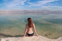 Junge Frau, die Ansicht des Toten Meers genießt lizenzfreies stockbild