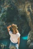 Junge Frau, die in Antiocheia-Anzeige Cragum-Stadt steht lizenzfreie stockfotos
