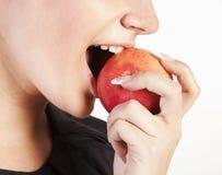 Junge Frau, die Apfel isst Stockbilder