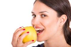 Junge Frau, die Apfel isst Getrennt Lizenzfreies Stockbild