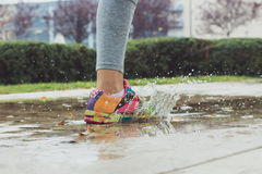 Junge Frau, die auf Asphalt läuft Stockfoto