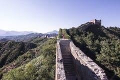 Junge Frau, die auf chinesischer Chinesischer Mauer läuft Stockbilder