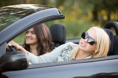 Junge Frau, die auf das Fahren sich konzentriert Lizenzfreies Stockbild