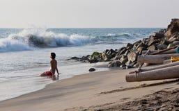 Junge Frau, die auf dem Arabian- Seaufer sich entspannt Lizenzfreie Stockfotografie