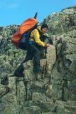 Junge Frau, die auf dem Besseggen Ridge wandert Stockbild