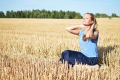 Junge Frau, die auf dem Gebiet sich entspannt Lizenzfreie Stockbilder