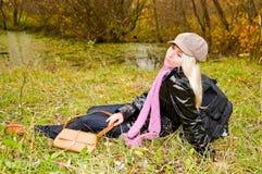 Junge Frau, die auf dem Gras stillsteht Stockfoto