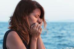 Junge Frau, die auf dem Pier traurig sich fühlt Stockbilder