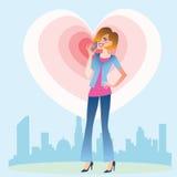Junge Frau, die auf dem Telefonherzen spricht Lizenzfreie Stockfotos