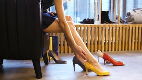 Junge Frau, die auf den Fersen gefolgte Schuhe am Speicher versucht stock video