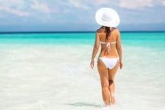 Junge Frau, die auf den Strand geht Stockfotos