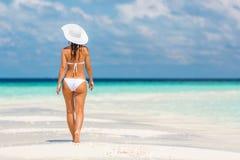 Junge Frau, die auf den Strand geht Stockfoto