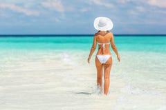 Junge Frau, die auf den Strand geht Stockbild