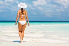 Junge Frau, die auf den Strand geht Stockfotografie