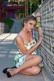 Junge Frau, die auf der Brücke sitzt Lizenzfreies Stockfoto