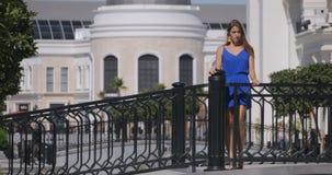 Junge Frau, die auf der Brücke steht stock footage
