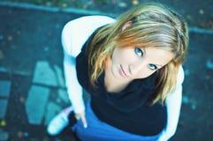 Junge Frau, die auf der Straße in einem Herbstpark steht lizenzfreies stockfoto