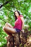 Junge Frau, die auf der Wiese sich entspannt. Stockfoto
