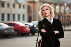 Junge Frau, die auf die Straße geht Lizenzfreie Stockfotografie