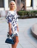 Junge Frau, die auf die Straße geht Stockfotos
