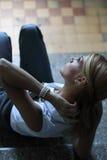 Junge Frau, die auf die Treppen stützt Lizenzfreies Stockfoto