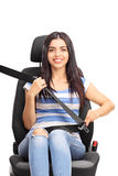 Junge Frau, die auf einem Autositz sitzt Stockfoto