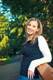 Junge Frau, die auf einem Burggraben im Park steht stockfoto