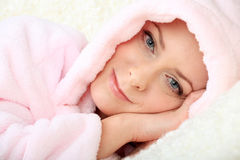 Junge Frau, die auf einem Sofa mit Blickkontakt stillsteht Lizenzfreies Stockfoto