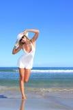 Junge Frau, die auf einem Strand steht stockfotografie