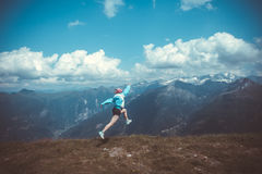 Junge Frau, die auf einer Bergwanderung stillsteht lizenzfreie stockbilder