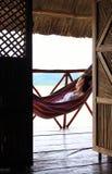 Junge Frau, die auf einer Hängematte im Yandup-Inselhäuschen, Panama stillsteht Stockfotografie