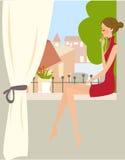 Junge Frau, die auf Fenster sitzt Lizenzfreie Stockfotos