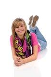 Junge Frau, die auf Fußboden legt lizenzfreie stockfotos