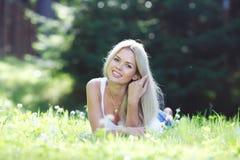 Junge Frau, die auf Gras liegt Stockfoto
