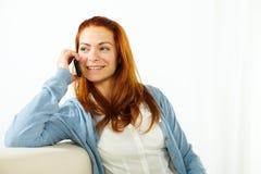 Junge Frau, die auf Handy sich unterhält stockbilder