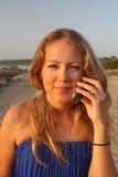 Junge Frau, die auf Handy spricht Lizenzfreie Stockfotos