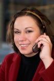 Junge Frau, die auf Handy spricht Lizenzfreie Stockbilder