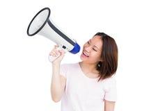 Junge Frau, die auf Hornlautsprecher spricht Stockfotos