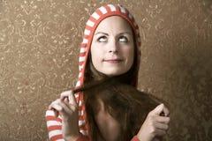 Junge Frau, die auf ihr langes Haar zieht lizenzfreie stockfotografie
