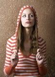 Junge Frau, die auf ihr langes Haar zieht stockfotos