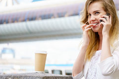Junge Frau, die auf ihrem Handy spricht Stockfotografie