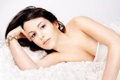 Junge Frau, die auf ihrem Schlechten sich entspannt Stockfotografie