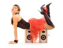 Junge Frau, die auf Lautsprechern liegt Stockbild